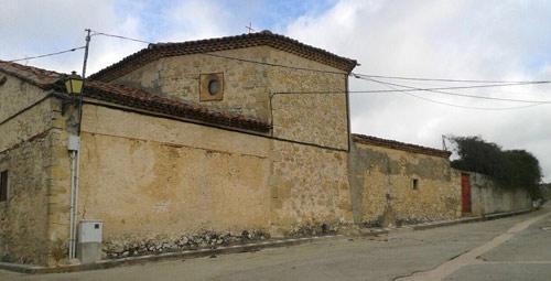 Fachada este. A la izquierda, sacristía; en el centro cabecera; a la derecha, almacén; luego, entrada al viejo cementerio y tapia del mismo.
