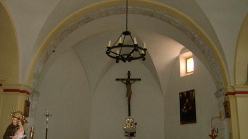 El presbiterio, de tres lados y cubierto con arcos lunetos. La nave cubierta con bóveda rebajada  de medio cañón con lunetos, sobre arcos formeros  adosados al muro sobre pilastras.