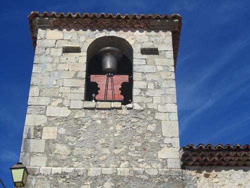 Campana grande en la fachada sur del  campanario.