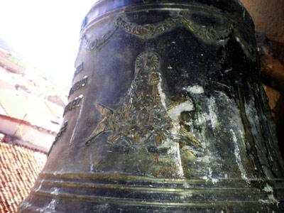 Detalle de la campana grande con la imagen de la patrona, la Virgen del Rosario.
