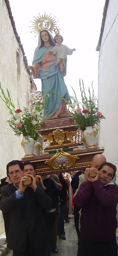 Virgen del Rosario, procesionando en el día de su fiesta.  Segunda imagen.  Es de hace unos sesenta años.