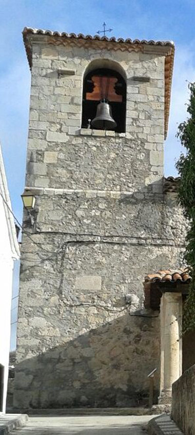 En la parte baja del campanario, a la altura del porche, los reconstructores de 1866 dejaron el testimonio de su obra.