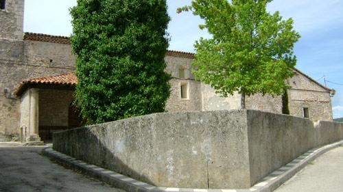 Muros de contención de lo que fue el atrio. A la izquierda el gran tronco del viejo olmo, recubierto de hiedra.