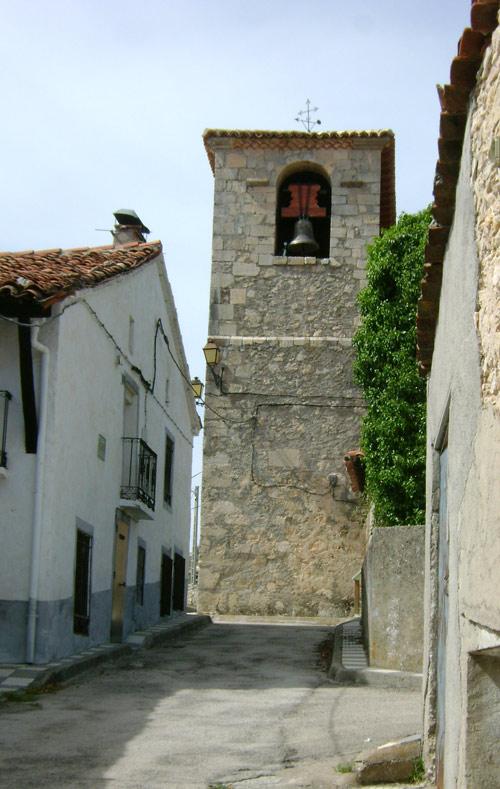 La torre corta la alineación de la calle.