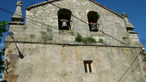 Espadaña de la iglesia de San Gil Abad, de La Cueva del Hierro, con indicios de haber sido restaurada, aunque se debió respetar la forma original.