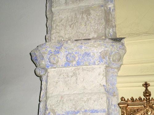 Capitel derecho del arco de triunfo, en el que se puede ver una pequeña decoración hecha con bolas