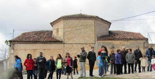 Fachada este. En el centro, el presbiterio, a tres ángulos. A los lados, sacristía y almacén.