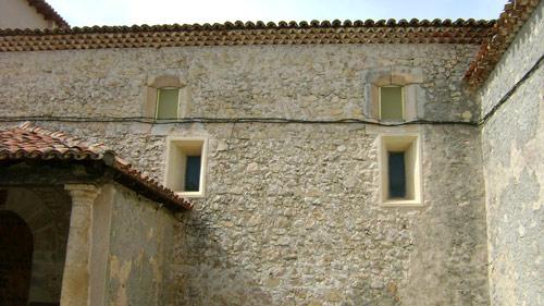 Arriba ventanas originales, hoy incorporadas a la cámara. Abajo, ventanas abiertas cuando se cambió la techumbre.
