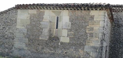Única ventana al norte, que ilumina la capilla de San Pedro, o de los Caballero.