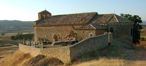 Iglesia de Torrecilla, que aún mantiene el cementerio en el atrio.