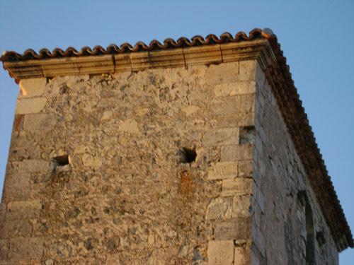 Canecillos reutilizados en la cornisa norte del campanario