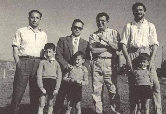 Zúñiga con uno de los hijos de Ramón del Valle Inclinado, Juan Antonio Bardem y Francisco Rabal en la playa de las Lanzadas (Galicia) en el rodaje de Sonatas (Juan Antonio Bardem, 1959).